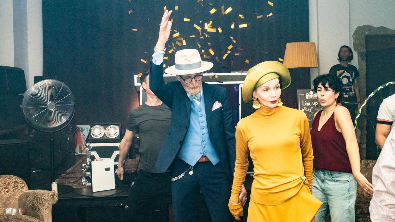 Günther Krabbenhöft und seine Freundin Britt Kanja betreten die Tanzfläche
