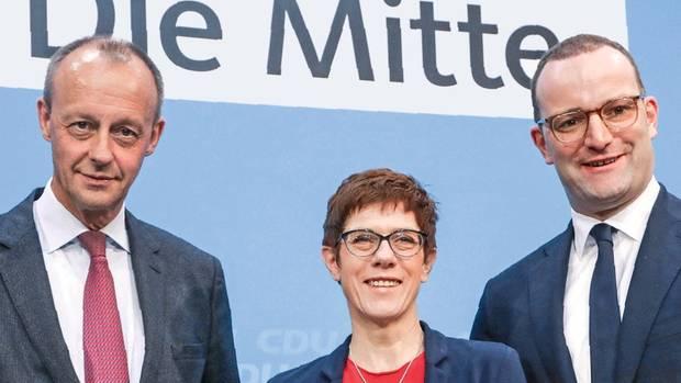 Allein zwischen hochgewachsenen Männern: Kramp-Karrenbauer und ihre Konkurrenten um den CDU-Vorsitz, Friedrich Merz (l.) und Jens Spahn. Sie überlegt sich genau, wie sie bei solchen Anlässen auffallen kann.