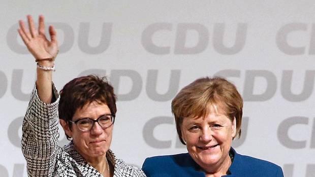Annegret Kramp-Karrenbauer mit Angela Merkel nach der Wahl zur CDU-Chefin im Dezember 2018