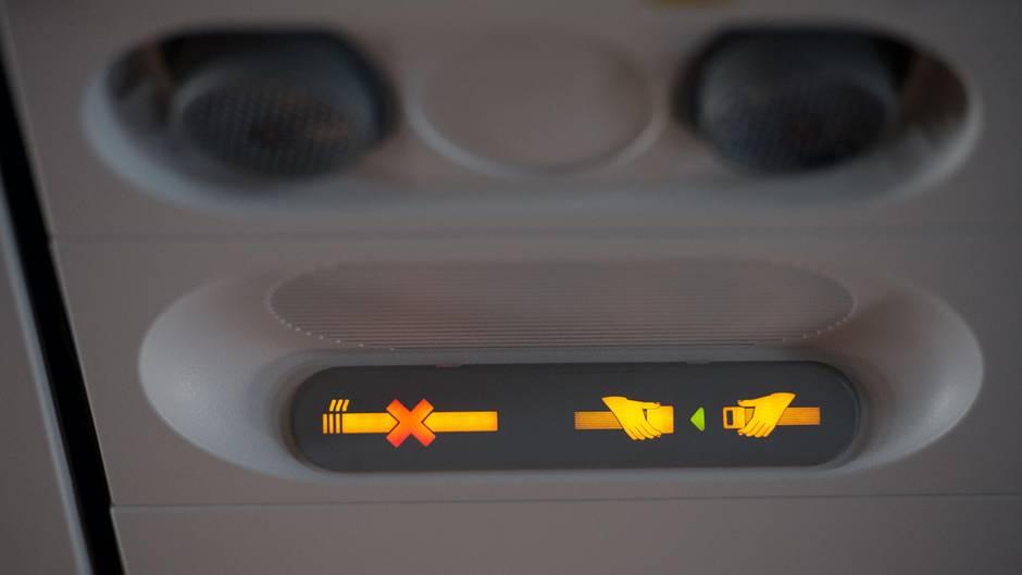 """Eines der bekannten """"Rauchen verboten""""-Schilder in einem Airbus A320"""