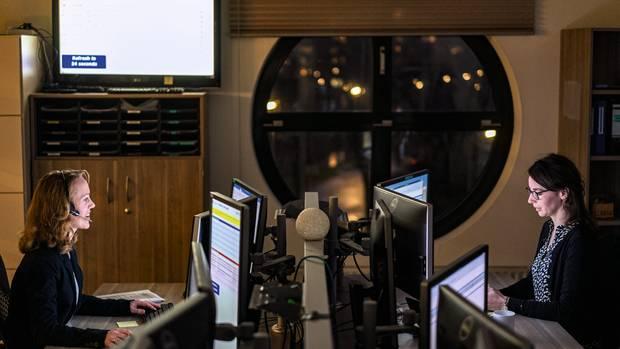 Die Zentrale von Eurotransplant im niederländischen Leiden. In diesem Raum berechnen Computer, wer welches Spenderorgan bekommt. Die Mitarbeiter organisieren dann per Telefon Ärzteteams und Transporte.