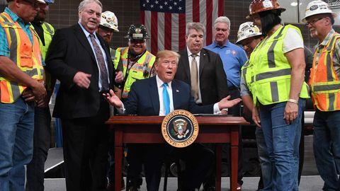 US-Präsident Donald Trump lässt sich zwischen Bauarbeiter-Gewerkschaftlern in Texas feiern.