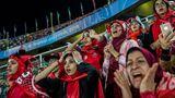 Sieger in der KategorieSport Stories: Zuschauerinnen verfolgen auf einer eigens abgetrennten Tribünen-Sektion im Azadi-Stadion in Teheran ein Fußballspiel. Jahrelang hatten Frauen keinen Zutritt zu Fußballstadien im Iran, ehe das Verbot im Juni auf Druck der Fifa gelockert wurde.