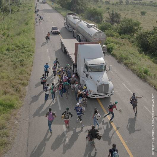 Gewinner in der Kategorie Story of the Year: Immigranten rennen zu einem Truck, der nahe des mexikanischen Ortes Tapanatepec gestoppt hat. Sie hoffen, auf der Ladefläche einen Platz zu finden, um so ihren Weg zur US-Grenze fortsetzen zu können.