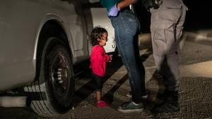 World Press Foto des Jahres: Die kleine Yanela Sanchez aus Honduras weint, während ihre Mutter von US-Grenzpolizisten durchsucht und in Untersuchungshaft genommen wird. Das Bild befeuerte die weltweite Empörung über die Praxis der US-Regierung, Immigranten von ihren Kindern zu trennen. Am 20 Juni beendete Präsident Trump die umstrittene Regelung.