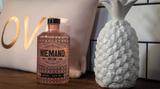Niemand Dry Gin  Seit 2015 wird der Niemand Dry Gin in Hannover destilliert und gewann 2018 bei den Singapur Spirit Awards 2018 eine Gold-Medaille. Der Gin zeichnet sich weniger durch typische Wacholder-Noten aus, sonderntrumpft mit floralen Noten wie Sandelholz, Lavendel und Rosmarin auf.    Wie schmeckt er? Wie ein Spaziergang durch ein Lavendelfeld. Sehr lieblich und floral. Das ist nichts für jedermann, der Geschmack hinterlässt im Test gespaltene Eindrücke.    Wie sollte man ihn trinken? Mit einem einfachen Tonic, garniert mit Rosmarinzweig und Apfelscheibe. Oder aber mit frisch gepresstem Zitronensaft und Zuckersirup.    Preis: etwa 36 Euro (0,5 Liter)