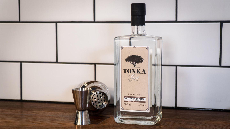 Tonka  Was diesen Gin besonders macht, verrät schon der Name: Tonka. Hier dreht sich alles um die Hülsenfrucht, die im fernen Südamerika an Bäumen wächst.    Wie schmeckt er? Die namensgebende Tonka-Bohne hat ein sehr spezielles Aroma, das man am ehesten mit würziger Vanille beschreiben könnte. Unweigerlich assoziiert man damit cremige Desserts. Doch im Glas ist die typische Tonka-Note zurückhaltend, dafür sorgt auch der hohe Alkoholgehalt von 47 Volumenprozent. Für unseren Geschmack hätte es sogar noch etwas mehr Tonka (oder weniger Alkohol) sein können, interessant ist die Note aber auf jeden Fall.    Wie sollte man ihn trinken? Am besten mit einem milden, nicht zu fruchtigen Tonic kombinieren, sodass die Tonka-Note nicht zu stark überlagert wird. Erfahrenen Mixologen gelingen damit aber auch kreative Cocktails.    Preis: etwa 35 Euro (0,5 Liter)