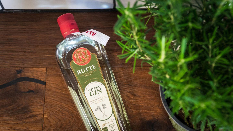 Rutte Celery Gin  Ein besonders charakteristisches Exemplar ist der Celery Gin von Rutte. Sellerie, da denkt man zuerst an Suppe, und das ist ja eigentlich das Letzte was man in seiner eisgekühlten Cocktailschale haben möchte. Doch die Gemüsebeigabe verleiht dem Produkt neue Facetten, sodass bei allem Innovationswillen am Ende ein klassischer Gin übrig bleibt. Bei dem Sellerie handelt es sich übrigens um keine hippe Modeerscheinung - schon Simon Rutte, der 1872 die kleine Destille in den Niederlanden gründete, benutzte ihn in seinen Rezepten.    Wie schmeckt er? Zugegeben: Auf dem Teller ist Sellerie ja nicht immer die erste Wahl. Aber destilliert als Botanical verleiht das Gemüse dem Gin neue Facetten. Der leicht bittere Gin ist wacholderstark mit deutlicher Sellerienote und einem Hauch Zitrusfrüchten. Was man eben von einem Sellerie-Gin erwartet.    Wie sollte man ihn trinken? Schmeckt gut mit Tonic, dient auch als Basis für den mittlerweile legendären Gin Basil Smash. Hier finden Sie das Rezept. Oder ersetzen Sie doch mal den Wodka in der Bloody Mary durch diese Spirituose, das verleiht dem Klassiker einen interessanten Twist.    Preis: etwa 35 Euro (0,7 Liter)