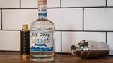 The Duke  Der Duke Munich Dry Gin stammt, das suggerieren schon die Farben des Etiketts, aus Schwabing, dem Herzen Münchens. Und woran denkt man, wenn es um München geht? Na klar: Bier. Bier ist natürlich nicht im Gin (warum eigentlich nicht?), aber zwei der für Brauer entscheidenden Zutaten: Malz und Hopfenblüten. Alle verwendeten Botanicals werden in Bioqualität verwendet, versprechen die Macher.    Wie schmeckt er? Sehr ausgewogen, ohne bitteren Beigeschmack. Man schmeckt die Gewürze deutlich heraus, was nicht jedermanns Sache ist. Gin ist und bleibt - Geschmackssache.    Wie sollte man ihn trinken? Natürlich macht der Duke auch im Tonic eine gute Figur. Spannender sind die Malz- und Hopfennoten aber im Zusammenspiel mit Ginger-Beer oder Ginger Ale. Vom French 75 würden wir jedoch eher abraten.    Preis: etwa 25 Euro (0,7 Liter)