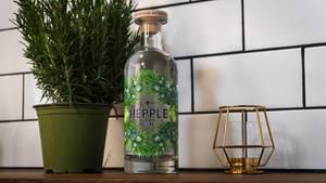 Hepple Gin  Auffallen um jeden Preis, das scheint angesichts überquellender Gin-Regale bei vielen Herstellern die Devise zu sein. Doch so sehr wir die Kreativität der Destillateure schätzen, manchmal ist weniger mehr. Das zeigt sich beim Hepple Gin der britischen Moorland Destille. Hier stehen keine fancy Aromen im Vordergrund, sondern das Handwerk. Mit Hilfe einiger komplexer Verfahren gelingt den Machern ein Gin, der einfach nur Gin sein möchte. Und das gelingt ihnen.    Wie schmeckt er? Ein runder, gut balancierter Gin. Schon beim Geruch nimmt man kräftige Kräuter - und Wacholdernoten wahr. Die spürt man auch auf der Zunge, gemeinsam mit frischen Zitrusaromen und dezenter Johannisbeere. Schmeckt, als hätte man die britische Landschaft an der Grenze zu Schottland im Glas.    Wie sollte man ihn trinken? In klassischen Cocktails, etwa einem Martini. Sie werden kaum einen besseren Gin für diesen Drink finden, er ist bartender's darling. Schmeckt aber auch mit einem milden Tonic.    Preis: etwa 45 Euro (0,7 Liter)