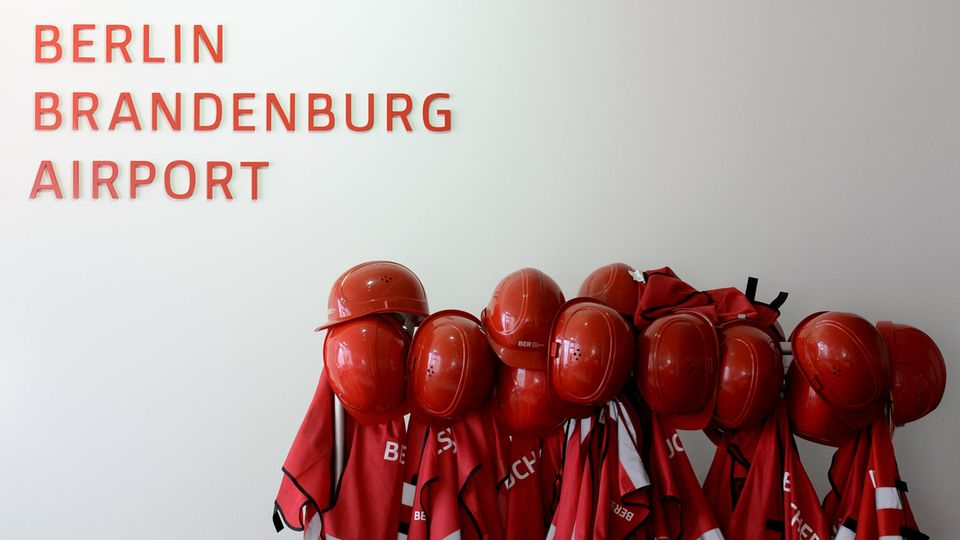 m Berliner Flughafen BER steht einem Bericht zufolge erneut der Terminplan in Frage.