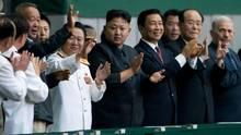 Choe Ryong Hae, links neben Kim Jong Un (M.), im Führungskreis Nordkoreas