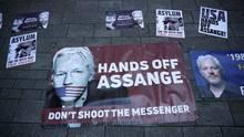 Plakate zur Unterstützung von Julian Assange liegen vor dem Westminster-Amtsgericht
