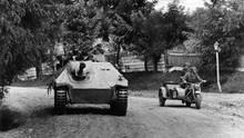 Neben dem Krad kann man die geringer Größe des Panzers gut einschätzen.