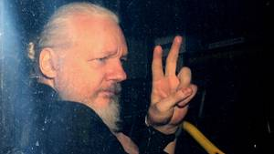 Julian Assange nach seiner Verhaftung in London
