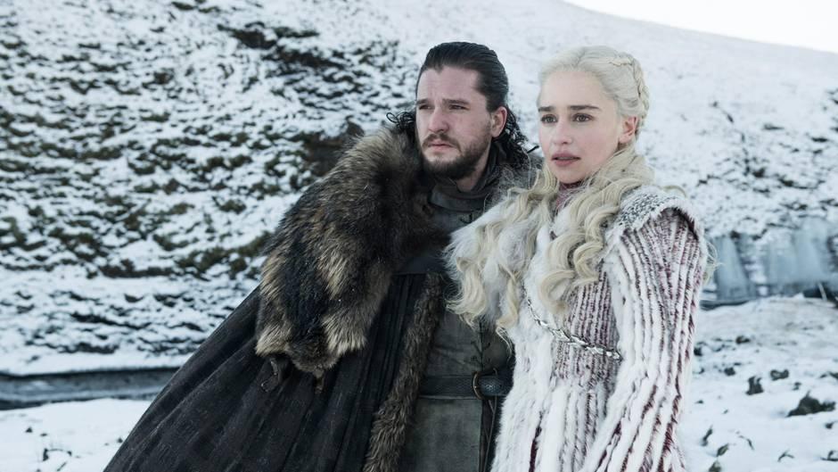 """Wird Jon Snow (Kit Harington, l.)oderDaenerys Targaryen (Emilia Clarke, r.) am Ende von """"Game of Thrones"""" auf dem eisernen Thron sitzen?"""