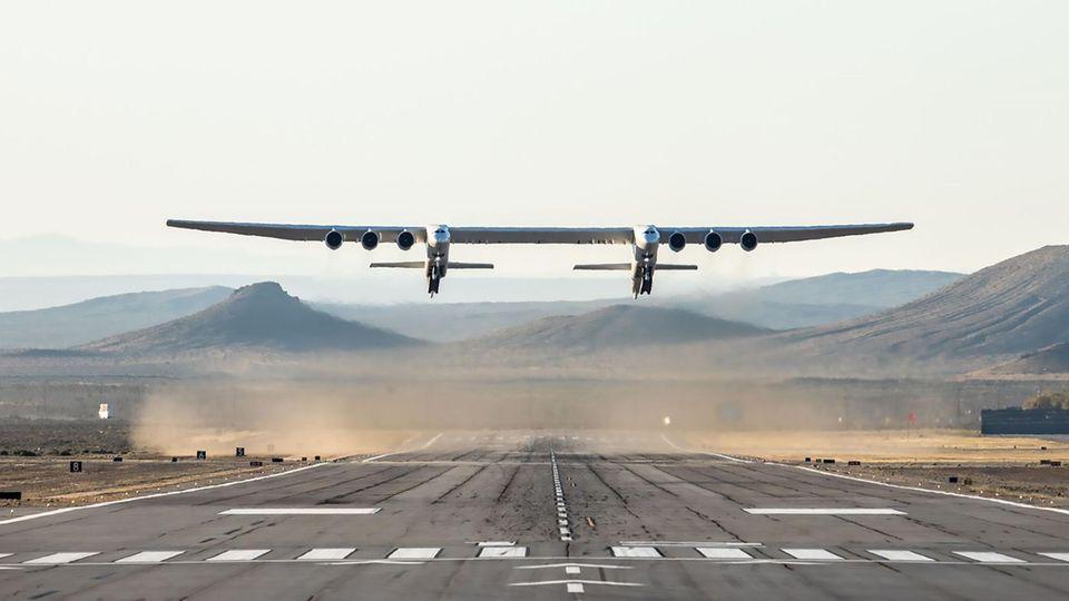 Stratolaunch ist ein gewaltiges Trägerflugzeug, von dem aus Satelliten per Trägerrakete aus Flughöhen über 10.000 Meter gestartet werden sollen
