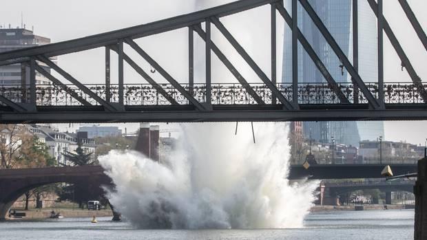 Eine große Wasserfontäne steigt auf, als eine im Main liegende US-amerikanische 250-Kilogramm-Bombe aus dem Zweiten Weltkrieg mit einer Sprengung umschädlich gemacht wird.
