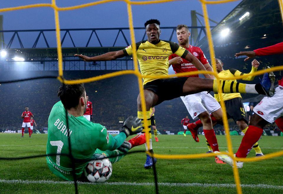 Roman Bürki auf der Linie auf dem Ball