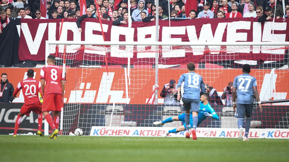 """Wie Düsseldorfs Lukebakio hier per Handelfmeter zum konsequenzlosen 1:4 gegen München trifft, war zwar wenig spektakulär. Interessant dabei war jedoch das vorher geahndete Handspiel durch Hummels. Der war aus kurzer Distanz angeschossen worden, was Müller zu folgenden Aussagen verleitete:""""Das würde ich sogar vorne als Stürmer nicht als Elfmeter haben wollen. Wenn ich ihn bei uns bekomme, schiebe ich ihn absichtlich daneben."""" Daran kann man ihn dann ja gerne mal gegebenenfalls am letzten Spieltag dran erinnern."""