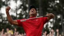 Tiger Woods reißt jubelnd den Kopf nach hinten und ballt die rechte Faust. In der linken hält er einen Golfschläger.