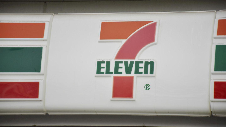 7-Eleven ist eine große Einzelhandelskette. Die Läden sind eine Mischung aus Kiosk und Supermarkt.