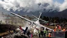 Crash beim Start inLukla: Dias Wrack der zweiten verunglücktenLet L-410 der Summit Air