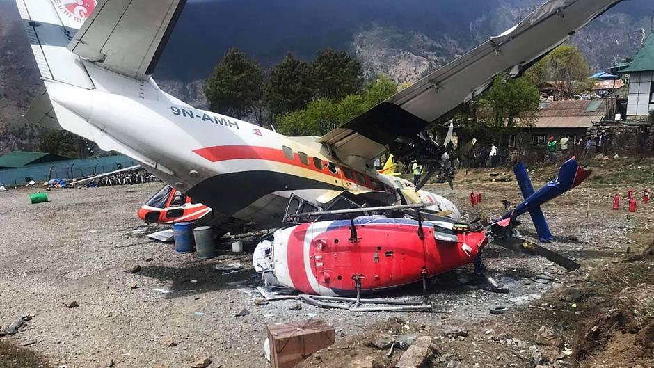 Die Propellermaschine vom Typ Let L-410derSummit Air kollidierte am Sonntag beim Start mit zwei Hubschraubern vonManang Air undShree Air