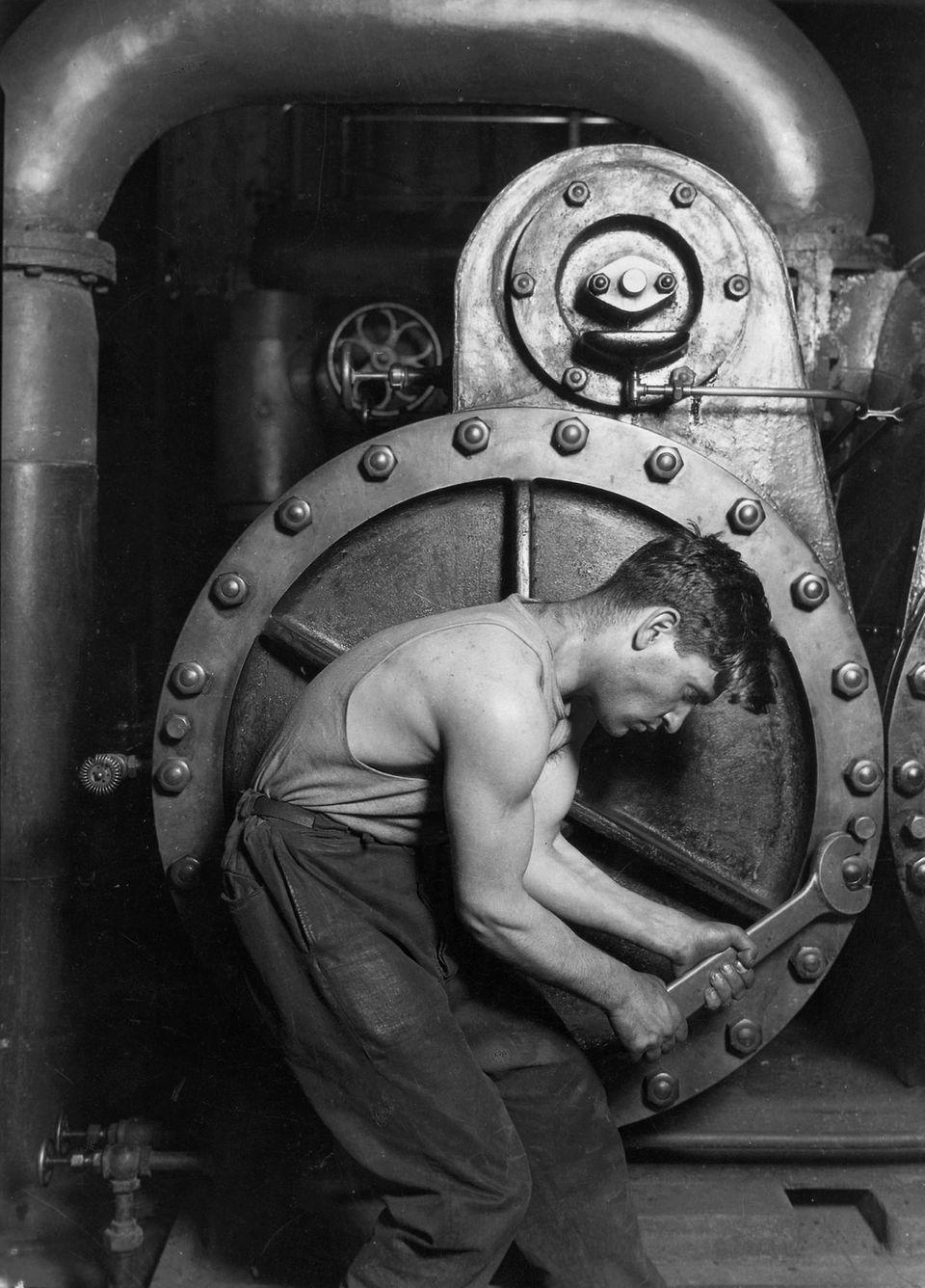 Kraftwerksarbeiter an einer Dampfmaschine