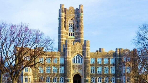 keating Hall mit Uhrenturm an der Fordham University in New York