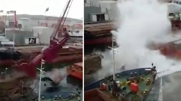 In der türkischen Stadt Tuzla stürzt der Hafenkran einerWerft ins Wasser.