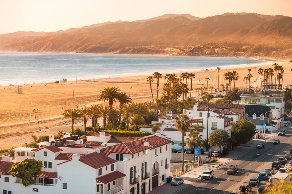 Blick auf den breiten Strand am Santa Monica Boulevard und den Palisades Park beiLos Angeles