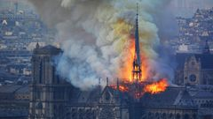 Den Einsatzkräften zufolge bricht der Brand gegen 18.50 Uhr auf dem Dachboden der Kathedrale aus und breitet sich rasend schnell aus.