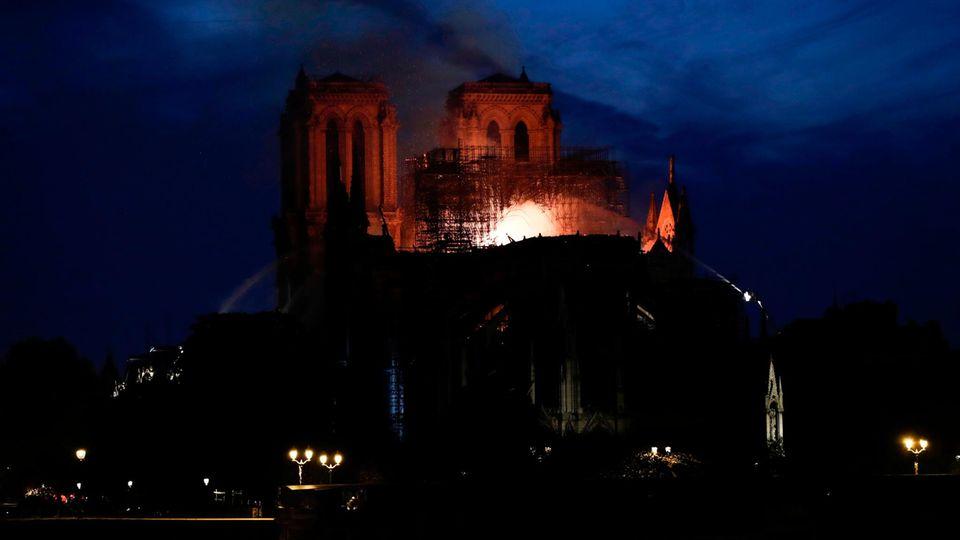 """Das """"Herz von Paris"""" steht in Flammen - Notre-Dame brennt. Als einer der Ersten reagiert am Montagabend Präsident Emmanuel Macron, der auf Twitter schreibt, er teile die """"Gefühle einer ganzen Nation""""."""