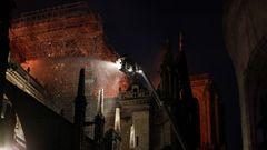 Am Montagabend ist zunächst unklar, ob es sich um ein Unglück oder Brandstiftung handelt. Die Fassade der Kirche wurde in den vergangenenMonaten aufwändig gereinigt. Der Brand könnte nach Einschätzung der Feuerwehr mit den Arbeiten zusammenhängen. Auf dem Dach warenBaugerüste angebracht.