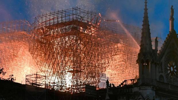 Aus der weltberühmten Kathedrale Notre-Dame schlagen meterhohe Flammen