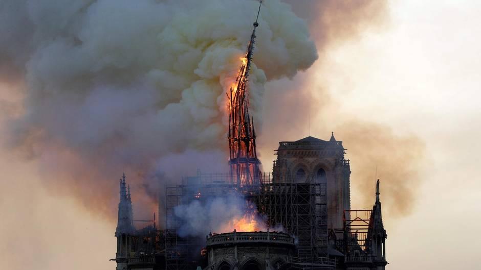 Brennendes Wahrzeichen: Augenzeugenvideos: Hier stürzt der Spitzturm von Notre-Dame ein