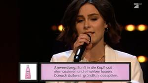 "Lena Meyer-Landrut singt bei ""Late Night Berlin"" übers richtige Haare waschen"