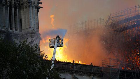 Ein Feuerwehrmann bei Löscharbeiten an der brennenden Notre-Dame in Paris