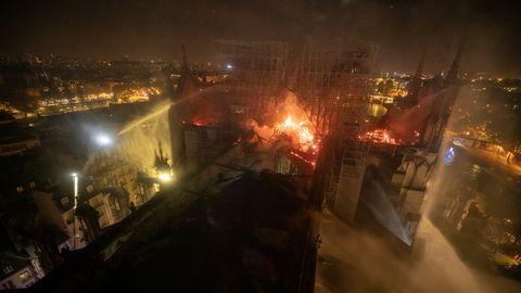 Der brennende Dachstuhl der Pariser Kathedrale Notre-Dame