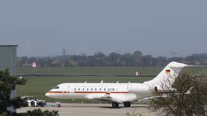 Ein Jet vom Typ Global 5000 der Flugbereitschaft der Bundesregierung wird auf dem Flughafen Schönefeld über eine Rollbahn geschleppt