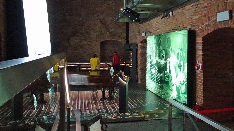 Frederyk-Chopin-Museum  Polens berühmtesten Komponisten wird an mehreren Orten in Warschau gedacht: Regelrecht in die Tiefe geht es im Ostrogski-Palast, einem Nachbau aus der zweiten Hälfte des 17. Jahrhunderts. In den Ziegelstein-Katakomben kann man sich stundenlang durch seine Werke und verschiedene Interpretationen hören, in den oberen Etagen des interaktiven und mehrfach ausgezeichneten Museums gibt es Devotionalien wie Handschriften, persönliche Gegenstände und seinenletzten Flügel zu sehen, auf dem der Musiker spielte. Metro: Nowy Swiat  Infos: http://muzeum.nifc.pl/en/