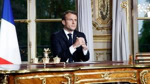 Emmanuel Macron, Präsident von Frankreich, sitzt an einem Schreibtisch im Elysee-Palast und hält eine Ansprache.