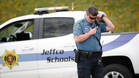 Ein Polizist bewacht die Columbine Highschool