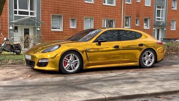 """Porsche mit goldener Folie. Karfreitag beginnt für die Tuner die Saison, sie nennen den Tag """"Car-Freitag""""."""