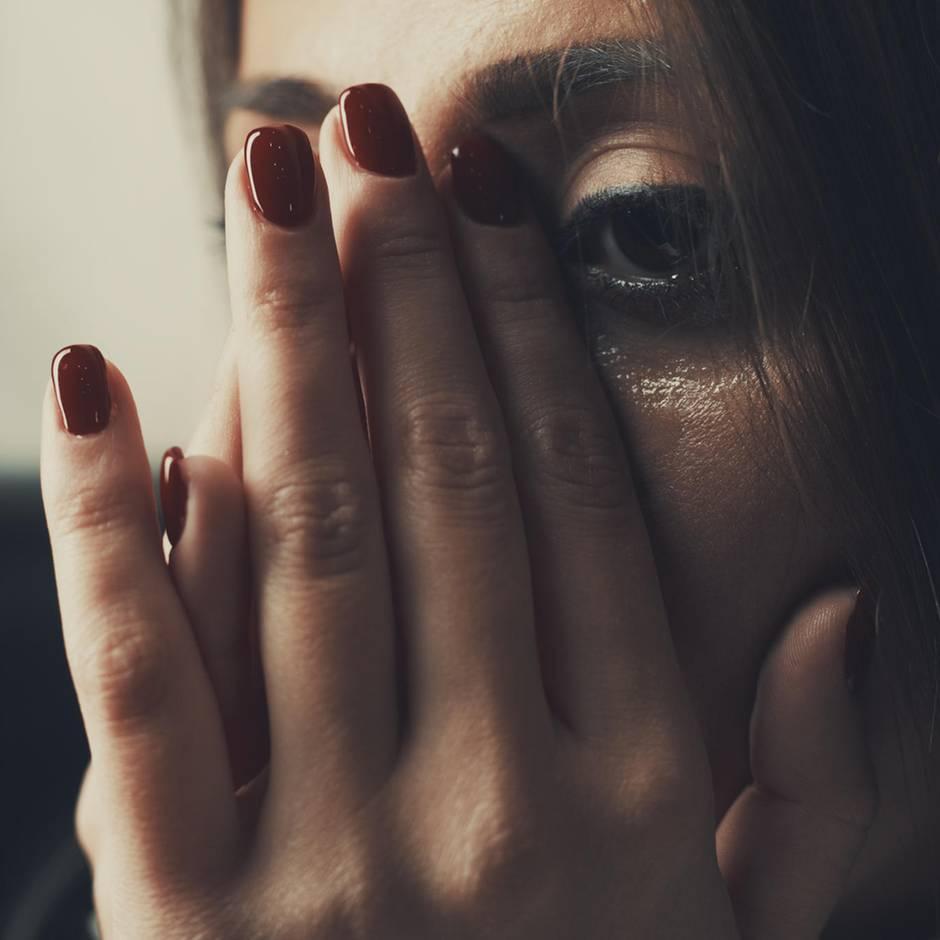 """""""Ich stehe noch - Ayaktayim"""": Häusliche Gewalt nach der Zwangsheirat – wie einer jungen Türkin nach 20 Jahren die Flucht gelang"""