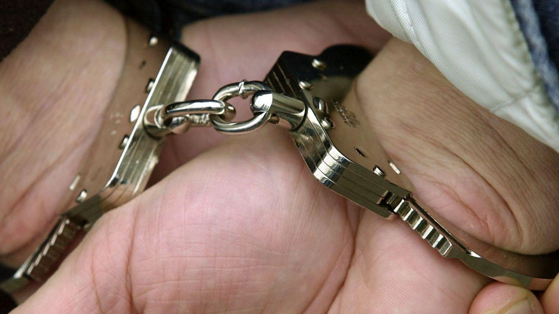 Ein Mann in Handschellen