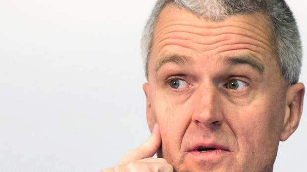 """Stefan Heidenreich, 56, Ex-Vorstand Beiersdorf So viel wie er sahnte noch niemand ab: Der Chef des Nivea-Konzerns erhielt mit 23,45 Millionen Euro die höchste Vergütung, die je ein Dax-Manager kassiert hat. Für seine Arbeit im Jahr 2018 wurde Heidenreich zwar """"nur"""" mit 5,5 Millionen Euro entlohnt, doch er profitierte von der Auszahlung eines langfristigen Bonusprogramms, das über seine gesamte Amtszeit von sieben Jahren lief und rückwirkend fällig wurde: So bekam er noch einmal 18 Millionen Euro extra. Heidenreich machte sich vor allem die Folgen der Finanzkrise zunutze. Damals empörte sich die Öffentlichkeit über Topmanager, bei denen Leistung und Gehalt himmelweit auseinanderklafften. Die Regierung drängte die Unternehmen, die Bezahlung ihrer Bosse nicht am schnellen Erfolg, sondern an langfristigen Zielen zu orientieren, und zwang sie, die Vergütung der Vorstände offenzulegen. Doch weder öffentlicher Druck noch erzwungene Transparenz haben bei der deutschen Wirtschaftselite zu mehr Bescheidenheit geführt. Im Gegenteil. Allein im vergangenen schwierigen Börsenjahr stiegen die Vorstandsgehälter um knapp vier Prozent. Heidenreich erreichte seine Rekordzahlung, indem er während seiner Amtszeit zwar die Gewinnmargen hochfuhr – daran war schließlich sein Bonus gekoppelt. Zugleich aber verzichtete er auf wichtige Zukunftsinvestitionen für das Unternehmen. Sie sanken zwischen 2014 und 2016 von 4,8 Prozent des Umsatzes auf den """"Tiefpunkt"""" von 2,4 Prozent. Die Folgen muss nun sein Nachfolger ausbaden. Heidenreich hat im Dezember 2018, ein Jahr vor Vertragsende, bei Beiersdorf aufgehört. Sein Gehalt bekommt er aber selbstverständlich auch 2019 aufs Konto überwiesen."""