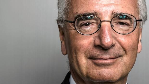 """Paul Achleitner, 62, Aufsichtsratschef Deutsche Bank Lange galt er als der Midas der Finanzwirtschaft. Als einer, der alles in Gold verwandelt. Achleitner siedelte die hungrige US-Investmentbank Goldman Sachs in Frankfurt an, die heute tief in diverse deutsche Konzerne hineinregiert. Er orchestrierte maßgeblich den Börsengang der Telekom (""""Volksaktie""""), und auch bei der """"Hochzeit im Himmel"""" zwischen Daimler und Chrysler gehörte er zum Planungsteam. Im Jahr 2000 wurde er Finanzvorstand der Allianz und fädelte die Übernahme der Dresdner Bank ein. Doch am Ende erwies sich wenig als Gold, was Achleitner glänzen ließ. Der Kurs der """"Volksaktie"""" brach ein, die Ehe von Daimler und Chrysler scheiterte ebenso wie die von Allianz und Dresdner. Sein Treiben kostete die Unternehmen viele Milliarden Euro. Doch den Österreicher, der Probleme gern wegcharmiert, focht das nicht an. Achleitner entschied sich zur Zweitkarriere als Berufsaufsichtsrat – bis 2013 bei RWE und bis heute bei Daimler, Bayer und der Deutschen Bank. Doch weiterhin gilt: nirgendwo Glanz. RWE liegt am Boden, Bayer ebenso, und Daimler muss drastisch sparen, um das Zeitalter der Elektromobilität zu erreichen. Die dicksten Böcke aber schoss der 62-Jährige, der 2017 zu 70 Aufsichtsratssitzungen reiste, wohl bei der Deutschen Bank. Seit 2012 ist er dort Oberaufseher – mit einem Rekord-Jahressalär von 800.000 Euro. Die Bank mit einstiger Weltgeltung liegt in Trümmern. Viele Skandale, null Strategie. Der Aktienkurs fällt weiter, und die Rettung soll nun die Fusion mit der trostlosen Commerzbank sein. Ausgerechnet. 30.000 Mitarbeiter bangen um ihre Jobs. Unter dem alten Achleitner, so murren die Investoren, durften die Vorstandschefs Anshu Jain und John Cryan viel zu lange vor sich hin dilettieren. Der heutige CEO Christian Sewing, Midas' Wunschkandidat, reihe sich da nahtlos ein."""