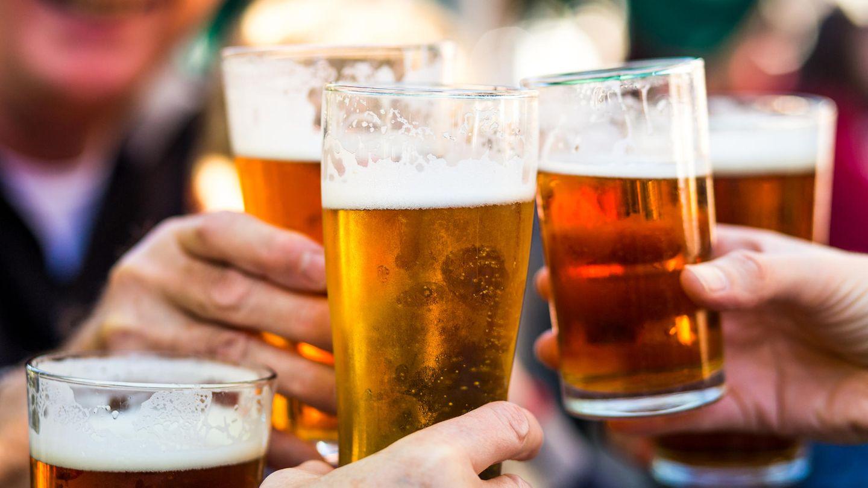 Alkoholsucht: Eine Frau trinkt Rotwein